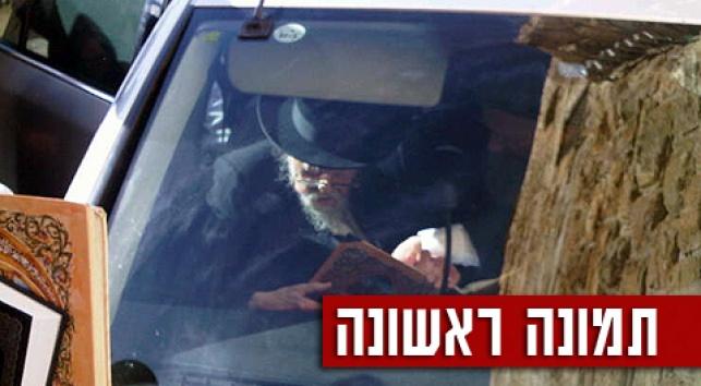 """הגרי""""ש אלישיב מתפלל בכותל, לפני דקות אחדות (צילום: כיכר השבת)"""