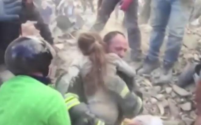 תיעוד דרמטי: ילדה חולצה בחיים מההריסות