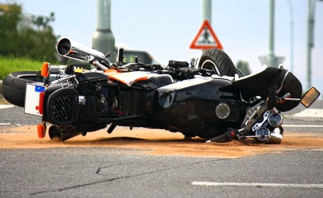 תאונה, אילוסטרציה - מזל רע: אופנוען ניסה לעקוף רכב - ונתקע ברמזור