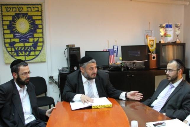 חברי מועצת העיר המודחים עם ראש העיר