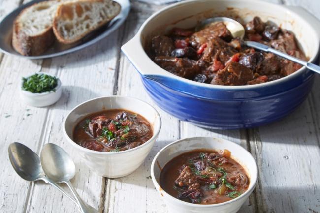 תבשיל בשר עם יין ושזיפים מיובשים