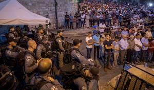 """שוטרים ומוסלמים בשער הארית, אמש - הקבינט החליט: """"מצלמות חכמות"""" יחליפו את המגנומטרים"""