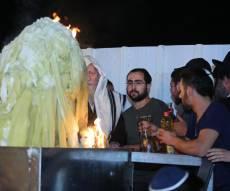 באמצע הלילה: הרב ברלנד הדליק מדורה
