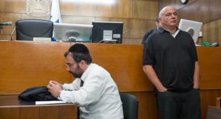 """בבית המשפט, מאחורי מאיר רבין - דני דנקנר מתחנן לחנינה: """"טבוע בי אות קין"""""""