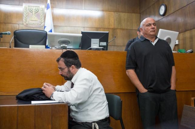בבית המשפט, מאחורי מאיר רבין