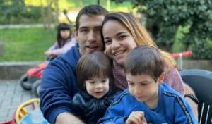 משפחת בירן על רקע זירת האסון