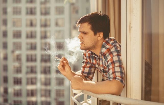 מעשן במרפסת, אילוסטרציה