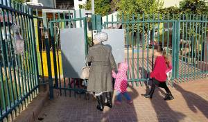 ההורים מגיעים עם ילדיהם לגן רימון בשדרות