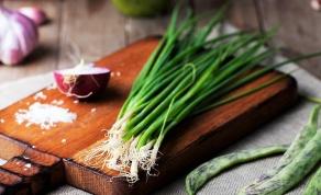 אחסון נכון וחכם של ירקות ופירות - צפו: כך תגרמו לבצל הירוק לגדול מעצמו