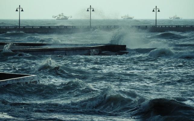 גלי הוריקן בחופי פלורידה