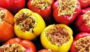 פלפלים ממולאים באורז עם רוטב עגבניות