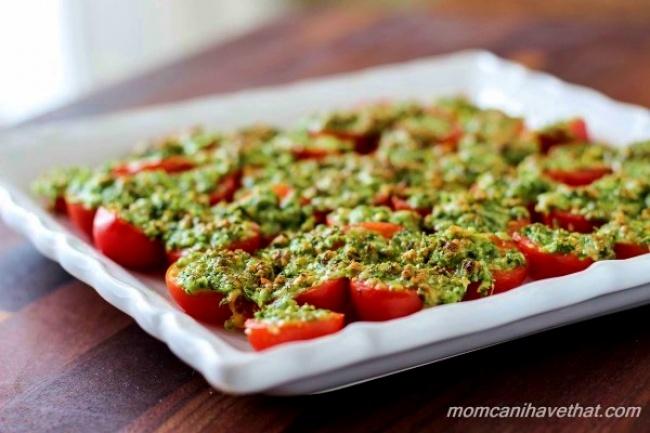 עגבניות שרי צלויות עם גבינה ופטרוזיליה