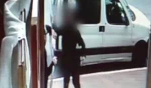 סרטון התקיפה - צפו: תקף קשיש עם מקל וניפץ שמשות רכב