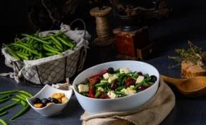 סלט עגבניות ושעועית ירוקה עם חומוס, גבינת פטה ושמיר