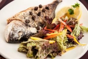 מתכון לדג דניס שלם אפוי בתנור עם עשבי תיבול