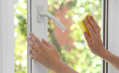 אילוסטרציה - אצבע של פעוט נקטעה חלקית מדלת חלון