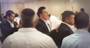 צפו: יעקב שוואקי רוקד לצלילי החיקוי שלו