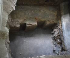 שרידי בימת בית הכנסת הגדול מתחת לרצפת בית הספר שנבנה מעליה