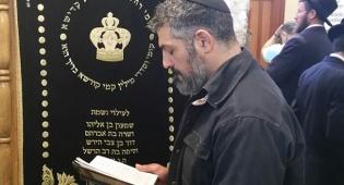 צפו: צבי יחזקאלי בתפילה בקבר רחל