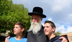 הרב גרוסמן עם תלמידים.