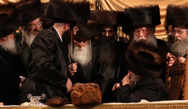 """לחיצת היד הנדירה בחתונה בין האדמו""""ר מבעלזא (מימין) לאדמו""""ר ממחנובקא"""
