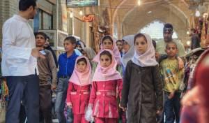 """ילדי בתי ספר עם המורה, באיראן. אילוסטרציה - """"תרבות זרה"""": איראן אוסרת ללמוד אנגלית"""