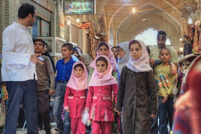 ילדי בתי ספר עם המורה, באיראן. אילוסטרציה