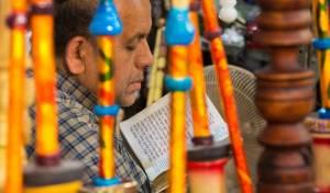 יהודי לומד תורה בחנותו בשירז