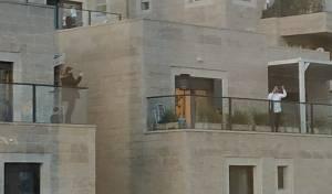 הזמר שימח את החתן ממרפסת ביתו • צפו