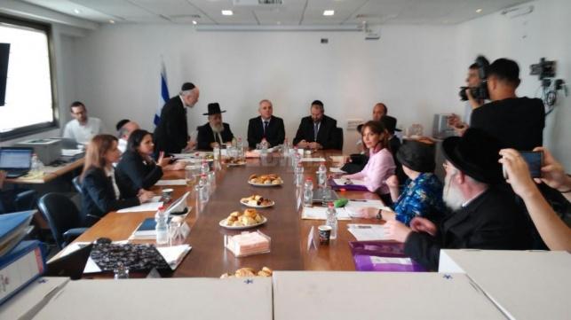 כינוס הוועדה בשעה זו