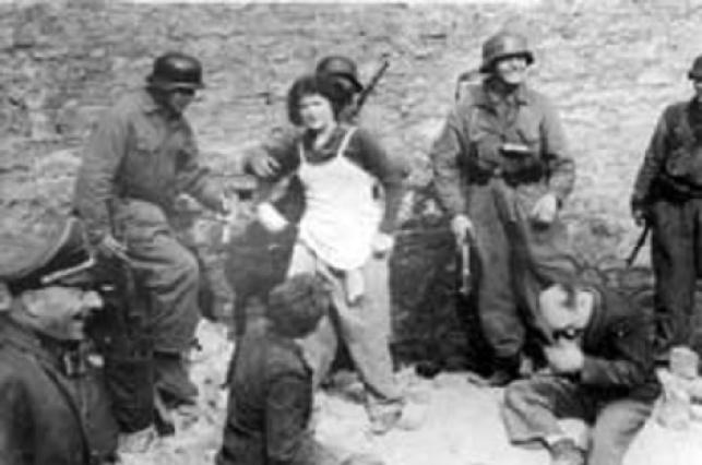 חיילים גרמנים שולפים יהודים שהתחבאו בתוך בונקר בגטו וורשה בו אירע המרד