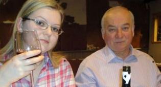 יוליה עם אביה סרגיי סקריפל - בת המרגל הרוסי שהורעלה שוחררה לביתה
