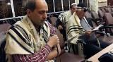 מהדק את תפיליו בכוונה - גלריה: תפילת שחרית בבית כנסת בטהרן