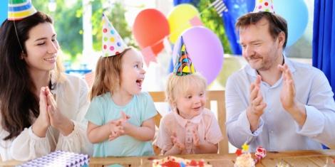 שמחה לכל המשפחה. אילוסטרציה - המשפחה גדולה מדי בשביל לחגוג ביחד? לא תירוץ!