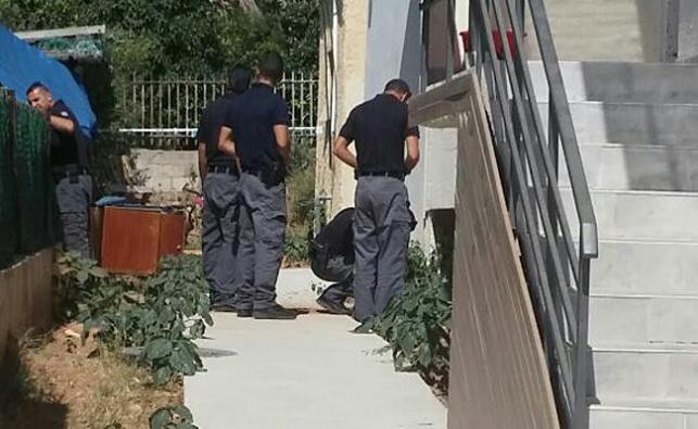 חבלני המשטרה בזירת הנפילה, בצהריים