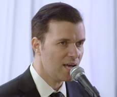 אוהד מושקוביץ מבצע את 'ברכת החופה'