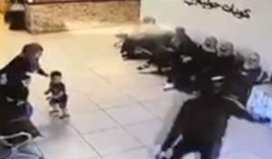 מטורף: נשק שלוף מול תינוקות. צפו