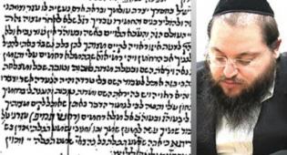הרב פוקס לצד כתב היד הנדיר