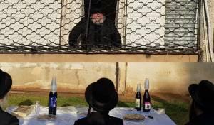 מרגש: 'סגרו שידוך' בחצר בה מתגורר הרבי
