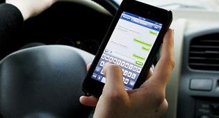 """אילוסטרציה - הנהג השתמש בטלפון נייד אך הדו""""ח בוטל"""