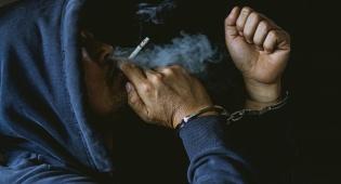"""עישן סמים במטוס והציע """"פרח"""" שוחד לדייל"""