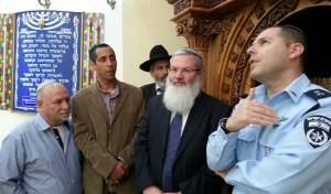 סגן השר ביקר בבתי הכנסת שחוללו