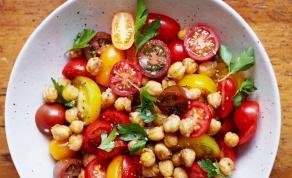 לסלט חומוס עם שעועית לבנה ועגבניות שרי - ארוחה מהירה או סלט לשבת? אתם תחליטו