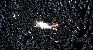 """הלווית הגאון רבי אברהם ארלנגר זצ""""ל • צפו"""
