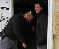 הביצה והשוטר - באמצע הפשיטה: ביצים הושלכו על שוטרים