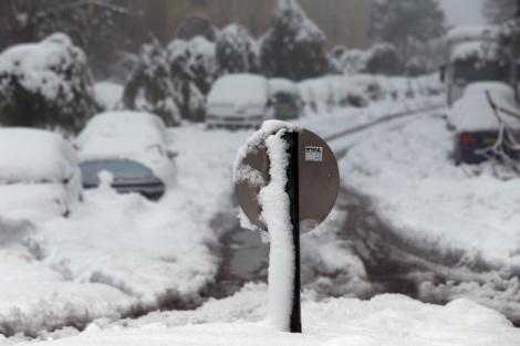 השלג העז חוסם את נתיבי התנועה