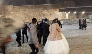 אחרי חצות: החתן והכלה הגיעו לשלג בכותל