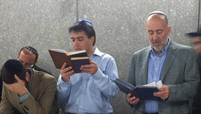 אנשי לשכת נתניהו מתפללים