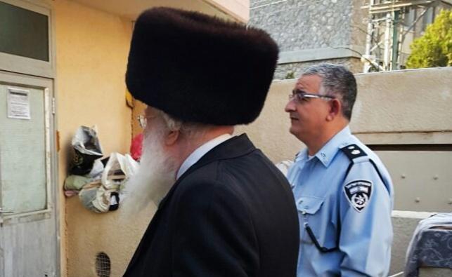 צבי ביאליסטוצקי ומפקד המשטרה ליד בית הכנסת