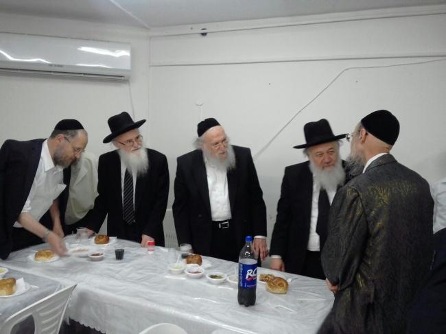 בסעודת היארצייט - המקובל הרב דב קוק עלה עם דודיו לציון סבו
